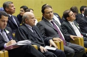 Marcus Vinicius (centro) acompanhou nesta quarta o julgamento da ADI 4357 no plenário do STF